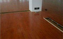 室外篮球场能用木地板吗?